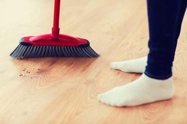 Usare la scopa per pulire casa