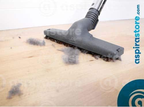 Passare l'aspirapolvere per debellare gli acari della polvere