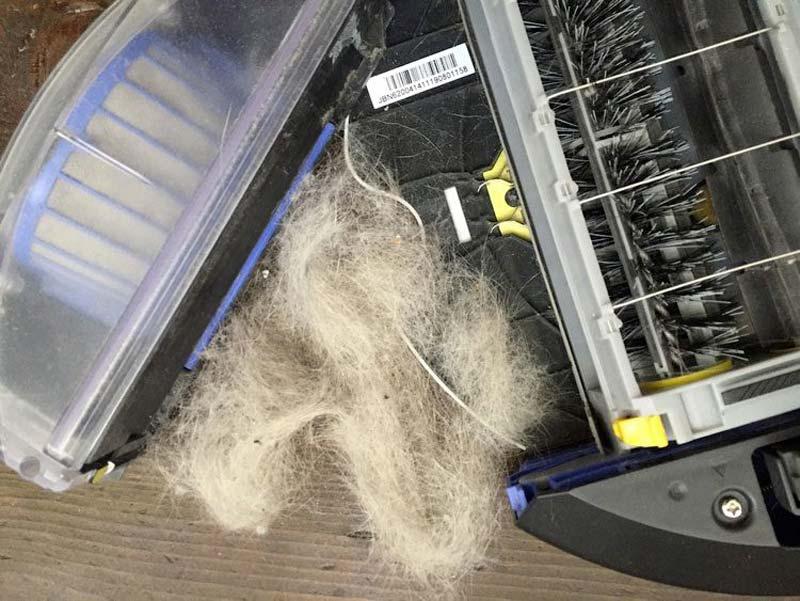 Peli e capelli incastrati nelle ruote di un robot aspirapolvere