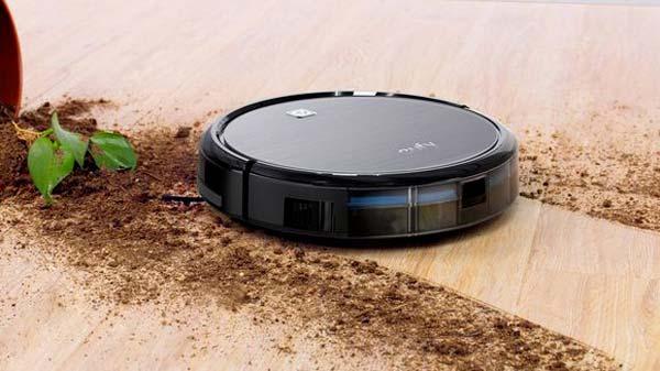 Robot aspirapolvere aspira sporcizia