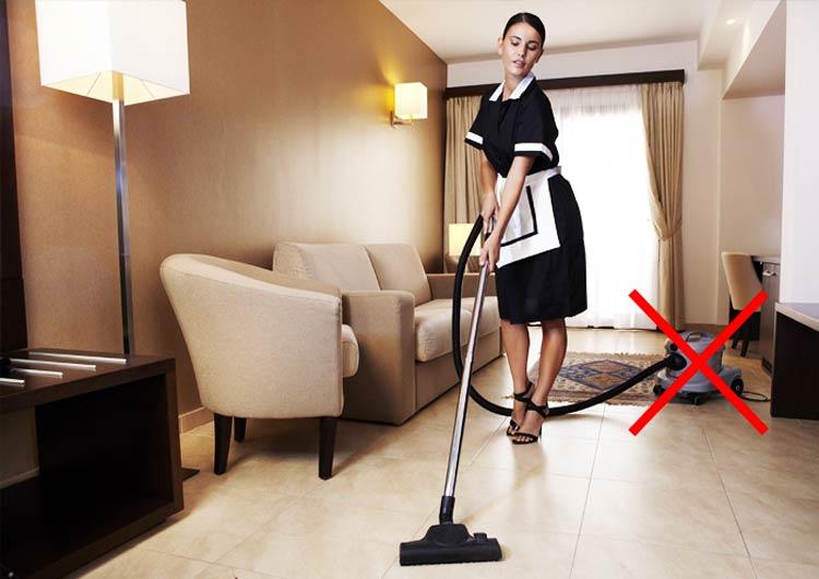 Pulizie di stanze d'albergo con aspirapolvere portatili sono scomode
