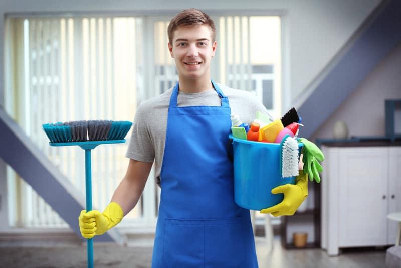 come organizzare le pulizie di casa settimanali pulire i pavimenti
